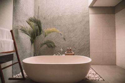 広い浴室のバスタブ