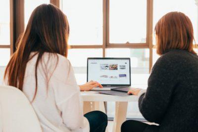 PCを見る二人の若い女性