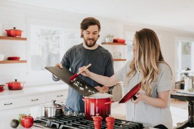 台所で料理をする夫婦