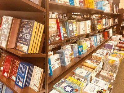 書店の棚に並ぶ洋書