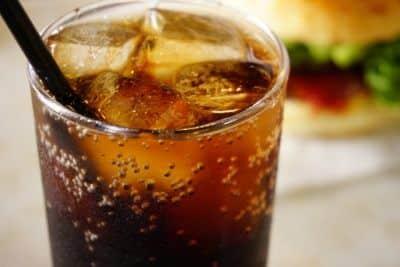 氷が入ったコーラのグラス