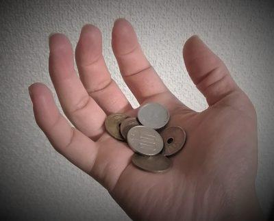 手のひらの上の小銭数枚
