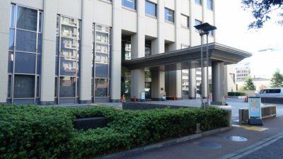 裁判所の玄関前