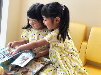 絵本を見る幼い姉妹