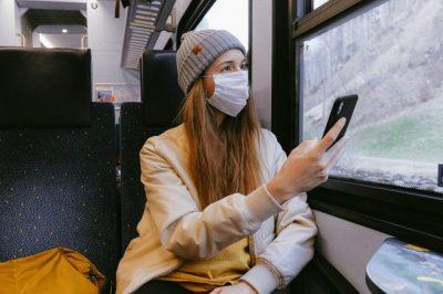景色を眺める電車内の女性