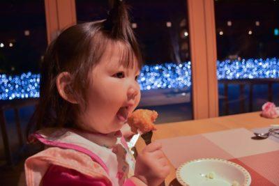 肉を食べる女の子
