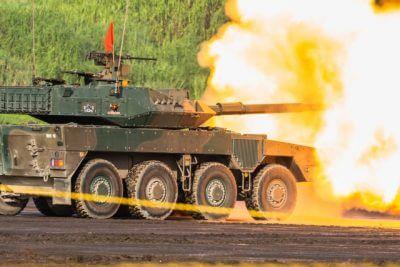 大砲を撃つ戦車
