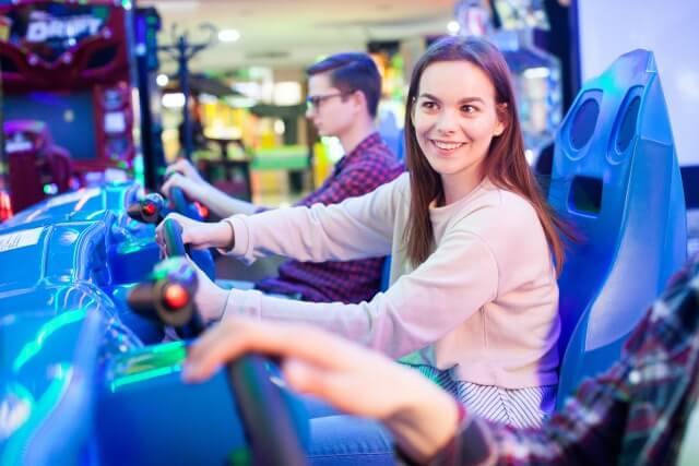レースゲームをする若い女性