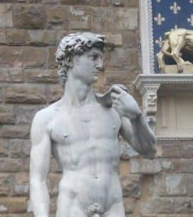 立っているダビデ像