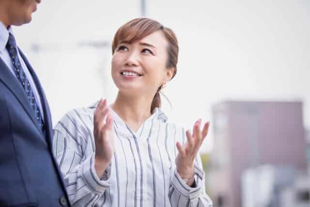 通訳する女性
