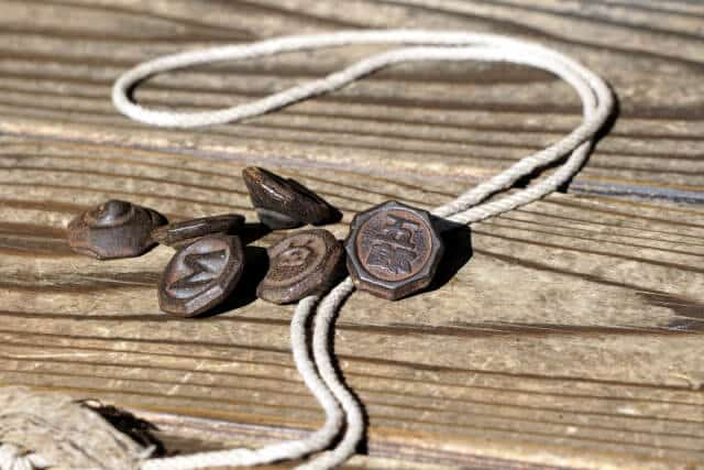 台の上のベーゴマと紐