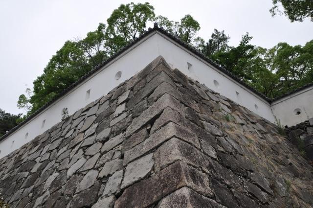 下から見上げた城の石垣