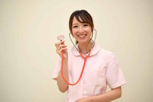 聴診器を持つ女性看護師