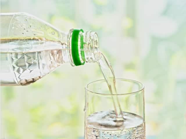 グラスに注がれる炭酸水