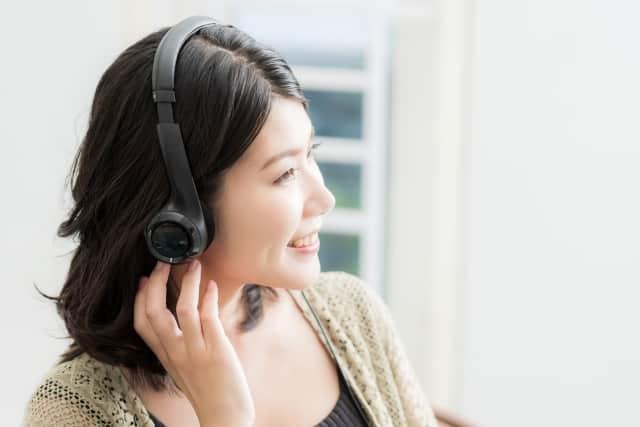 ヘッドホンでラジオを聴く女性