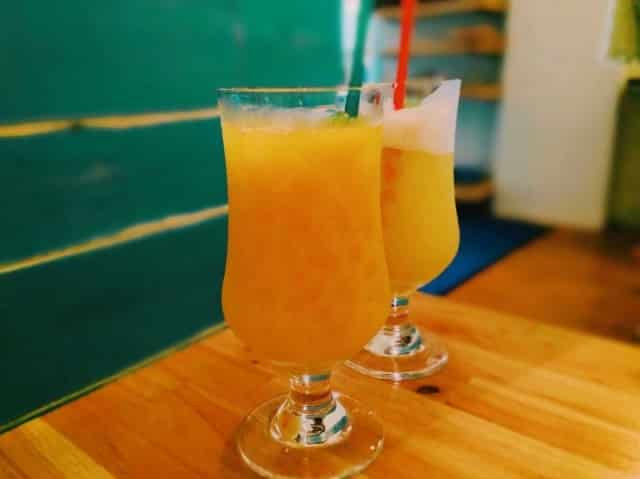 テーブルの上のオレンジジュース