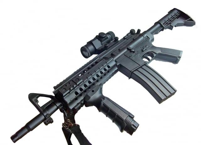床に置かれた自動小銃