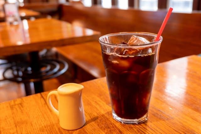 テーブルの上のアイスコーヒー