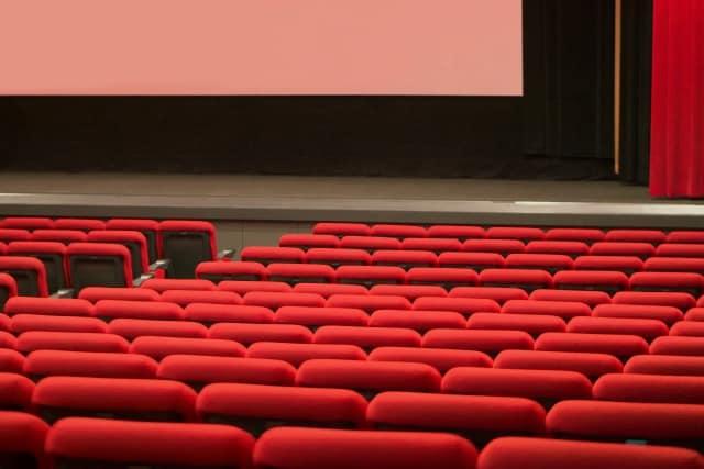 観客のいない映画館