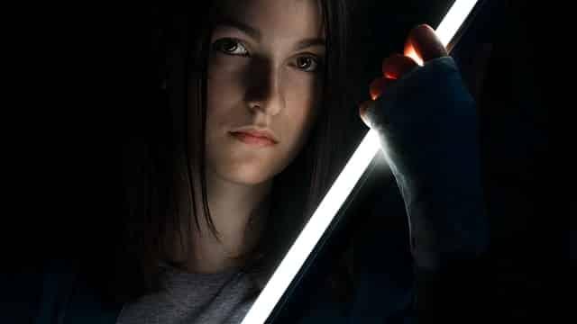 日本刀を持った女性
