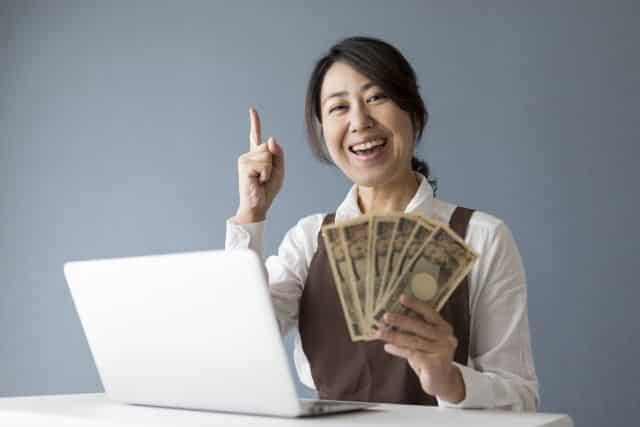 お金の計算をする女性社員