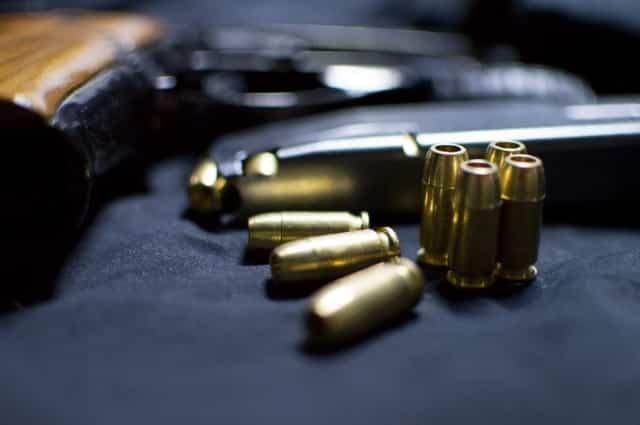 拳銃と数発の弾丸