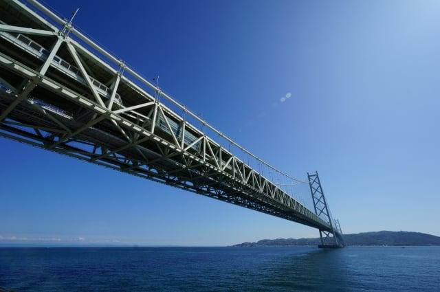 晴天の明石海峡大橋