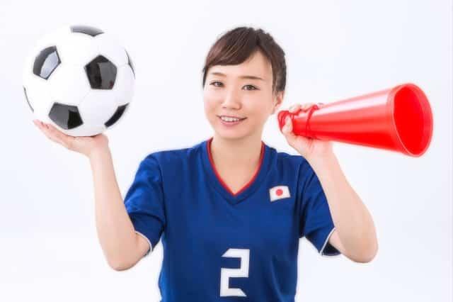 日本代表を応援する女性