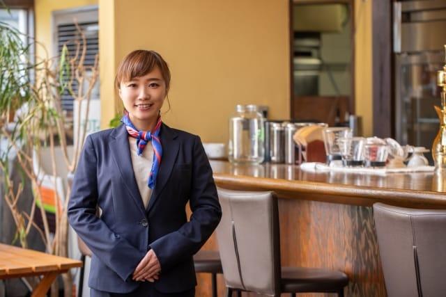 レストランの女性従業員