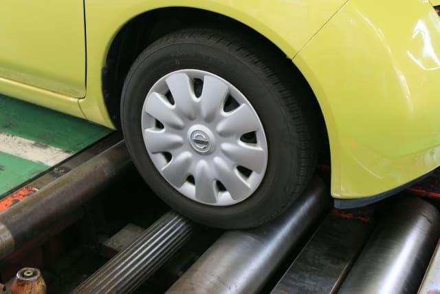 点検を受ける自動車