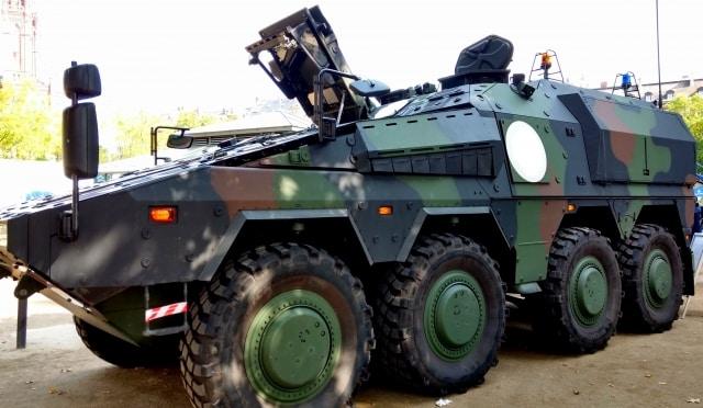 迷彩塗装の装甲車