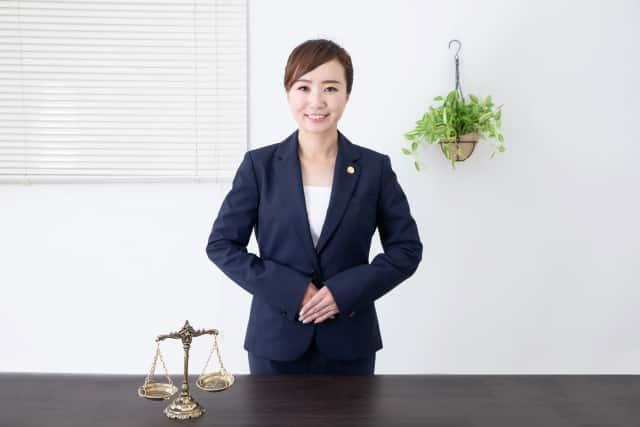 挨拶する女性弁護士