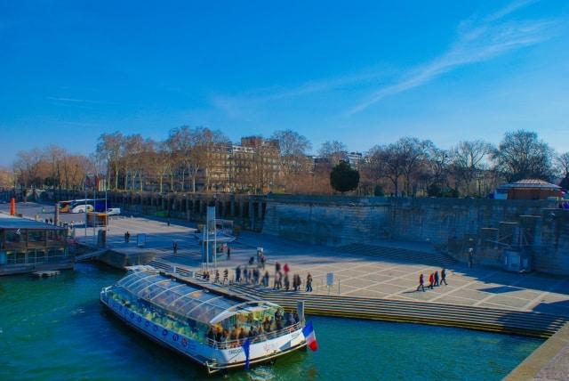 セーヌ川に浮かぶ船