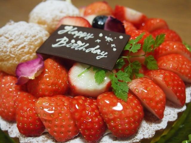 イチゴいっぱいのホールケーキ