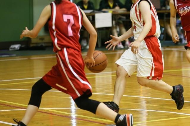 対戦する二人のバスケ選手
