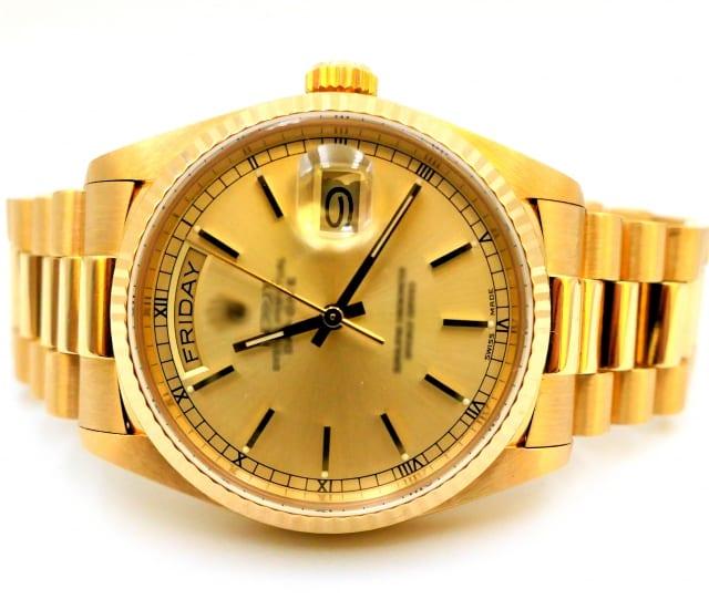 金色の腕時計