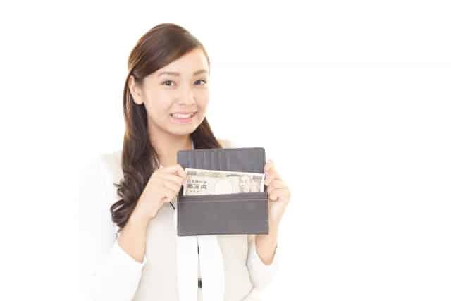 財布から一万円札を出す女性